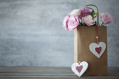 St.-Valentinsgruß-Tages-minimalistic Hintergrund mit Blumen Lizenzfreie Stockbilder