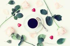 St.-Valentinstag - Tasse Kaffee, Pfirsichrosen und Herz formten Süßigkeiten, romantischen Hintergrund der Liebe Stockbild