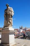 St Vincent de för en staty ovanför det Alfama området av Lissabon Portugal Royaltyfria Bilder
