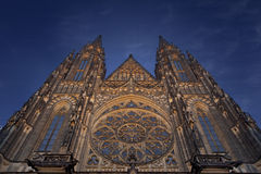 St Vitus大教堂在布拉格在晚上 库存图片