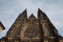 St Vitus Cathedral con el cielo azul en Praga imagen de archivo