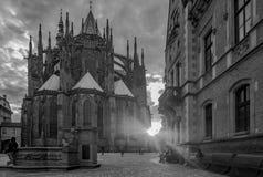 St Vitus Cathedral dans le coucher du soleil de château de Prague image stock