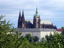 St Vitus Cathedral från stationen NebozÃzek, Prague Royaltyfri Fotografi