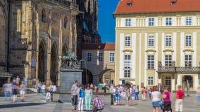 St Vitus Cathedral hof timelapse in Praag door toeristen wordt omringd die stock footage