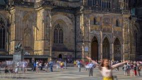 St Vitus Cathedral hof timelapse in Praag door toeristen wordt omringd die stock video