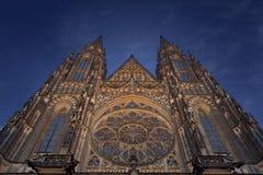 St Vitus Cathedral i Prague på natten Arkivbilder