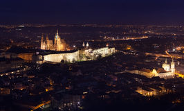 St Vitus Cathedral i Prague tände upp på natten Royaltyfria Bilder