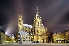 St. Vitus Cathedral på natten i Prague Royaltyfri Fotografi