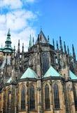 St Vitus Cathedral a Praga contro il cielo blu Cattedrale cattolica gotica nel castello di Praga Immagini Stock Libere da Diritti