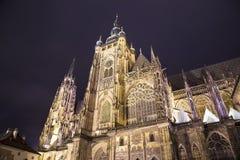 St Vitus Cathedral (romaren - katolsk domkyrka) i den Prague slotten, Tjeckien Royaltyfri Bild