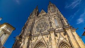 St Vitus Cathedral timelapse hyperlapse in Praag door toeristen wordt omringd die stock video