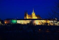 St Vitus del san della cattedrale del castello di Praga di notte Immagine Stock