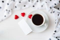 St walentynek dnia romantyczny tło - filiżanka kawy, serce kształtował cukierki i pustą kartę dla romantycznej wiadomości Obrazy Stock