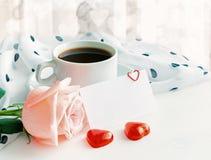 St walentynek dnia tło w ciepłych pastelowych brzmieniach Filiżanka kawy, wzrastał, pusta miłości karta i serce kształtujący cuki Zdjęcia Stock