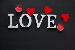 St walentynki ` s dnia pojęcie słowo miłość kłaść na drewnianym tle z czerwonymi sercami fotografia stock