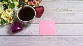 St Walentynki ` s dzień Filiżanka kawy z pustym listem miłosnym na białym drewnianym stole Obrazy Royalty Free