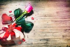 St walentynki ` s pojęcie z dekoracyjnymi sercami, menchii róża i pre Obrazy Royalty Free