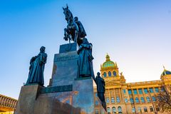 St Wenceslas standbeeld in het centrum van Praag Ridder op het paard dichtbij het hoofdvierkant van Praag De museum historische b stock afbeelding