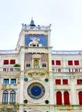 St Zaznacza ` s starego clocktower widzieć statkami w schronieniu Wenecja, Włochy Zdjęcia Royalty Free