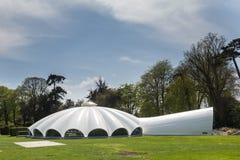 St Zuivere Eglise, Normandië mag 7de 2013: Hangaar in de vorm van een valscherm bij het Amerikaanse museum In de lucht te tonen stock foto