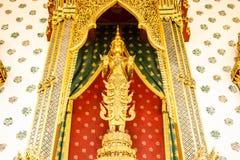 Stać Buddha przed świątynią Obrazy Stock