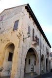 Stać na czele i strona budynek z wielkim ganeczkiem w Oderzo w prowinci Treviso w Veneto (Włochy) Obraz Royalty Free
