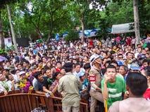 Stać w kolejce ludzi czekać na prezent Zdjęcie Royalty Free