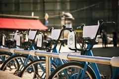 Stać w liczbie bicykle dla dzierżawienia na miasto ulicie Obraz Royalty Free