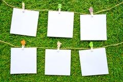 Stałego koloru notatki, odosobnione na sztucznym trawy tle obrazy royalty free