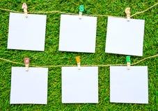 Stałego koloru notatki, odosobnione na sztucznym trawy tle fotografia stock