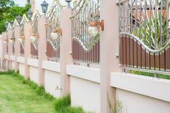 Stałego prywatności stali nierdzewnej ogrodzenia luksusowe współczesne dekoracyjne oprawy oświetleniowe zdjęcia royalty free