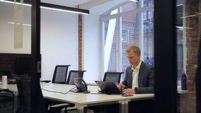 Stały biznesowy mężczyzna pracuje przed laptopem w biurowy samotnym zbiory