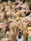 Stażowe fryzury na mannequin Praca zespołowa fotografia stock