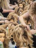Stażowe fryzury na mannequin Praca zespołowa fotografia royalty free