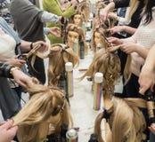 Stażowe fryzury na mannequin Praca zespołowa obrazy stock