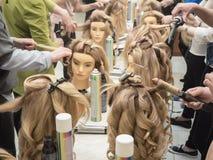 Stażowe fryzury na mannequin Praca zespołowa zdjęcia stock