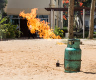 Stażowy pożarniczego boju test podpala benzynowego zbiornika Zdjęcia Royalty Free