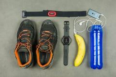 Stażowy zestaw dla działającej osoby Śladów buty, tętno monitor, smartwatch, iPad, bananowy i izotoniczny napój, Fotografia Stock