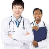 Stażysta na białym tle i lekarka obraz royalty free