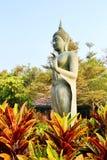 Stać Buddha wizerunek przy Raja Chern Tawan Zdjęcia Stock