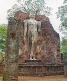 Stać Buddha wizerunek przy ruinami w Tajlandia Obraz Royalty Free