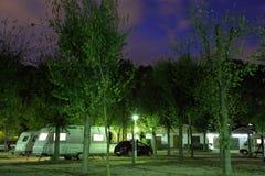 Sta-caravan bij een het kamperen plaats Stock Afbeelding