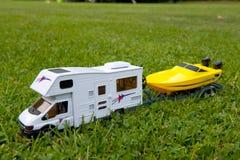 Sta-caravan met boot stock afbeelding