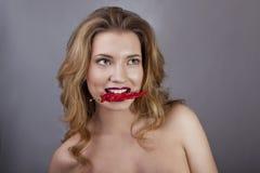 Sta giocando con il peperoncino rosso Fotografia Stock Libera da Diritti