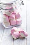 Söta marshmallower i den glass kruset Fotografering för Bildbyråer
