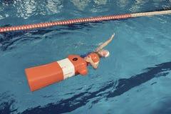 Stażowa atrapa i dziewczyna w basen wody ratuneku lekci Zdjęcie Royalty Free