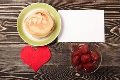 Söta pannkakor, jordgubbe, hjärta, kort Arkivbild