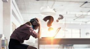 Sta praticando il surfing Internet 3d rendono Fotografie Stock Libere da Diritti