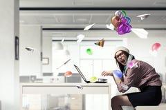 Sta praticando il surfing Internet 3d rendono Immagine Stock