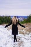Sta sollevando le mani nel parco Fotografia Stock